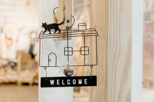 Welcome sign for a house with a cat